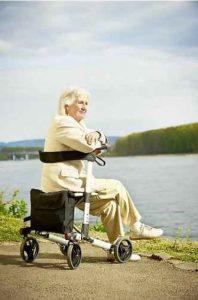 Deambulatore per anziani al mare