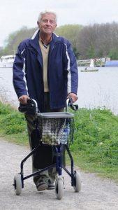 Deambulatore tre ruote per uomo e donna anziani